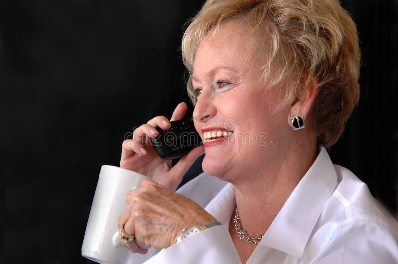 Femme aînée occupée d'affaires images libres de droits