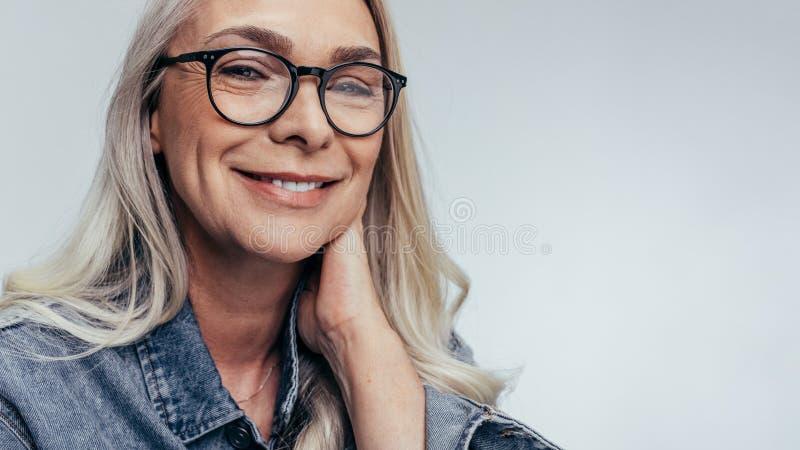 Femme aînée positive image libre de droits