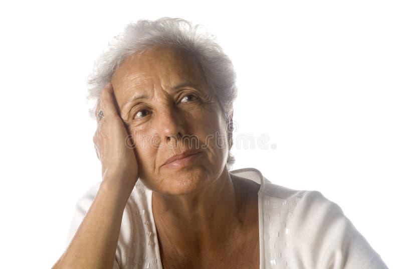 Femme aînée rêvassant image libre de droits