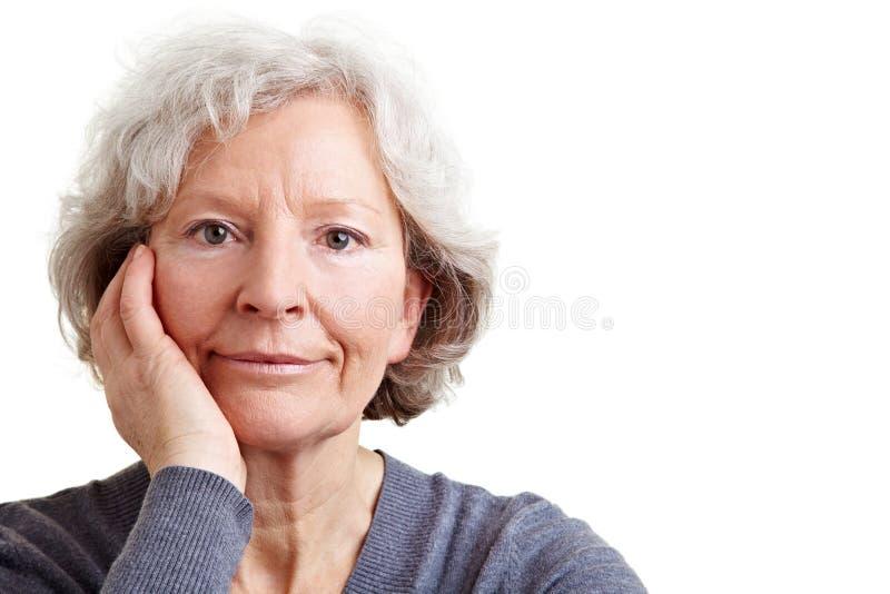 Femme aînée sérieuse image stock