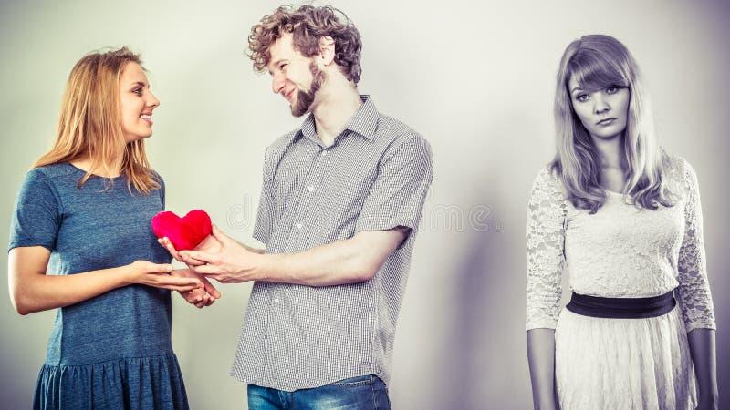 Femme abandonnée avec les couples enamourés photo libre de droits