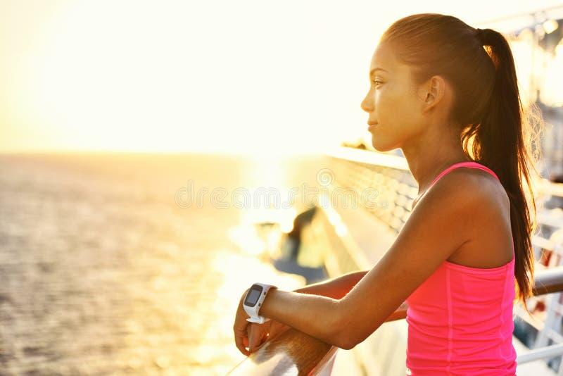 Femme active détendant après course des vacances de croisière photos stock