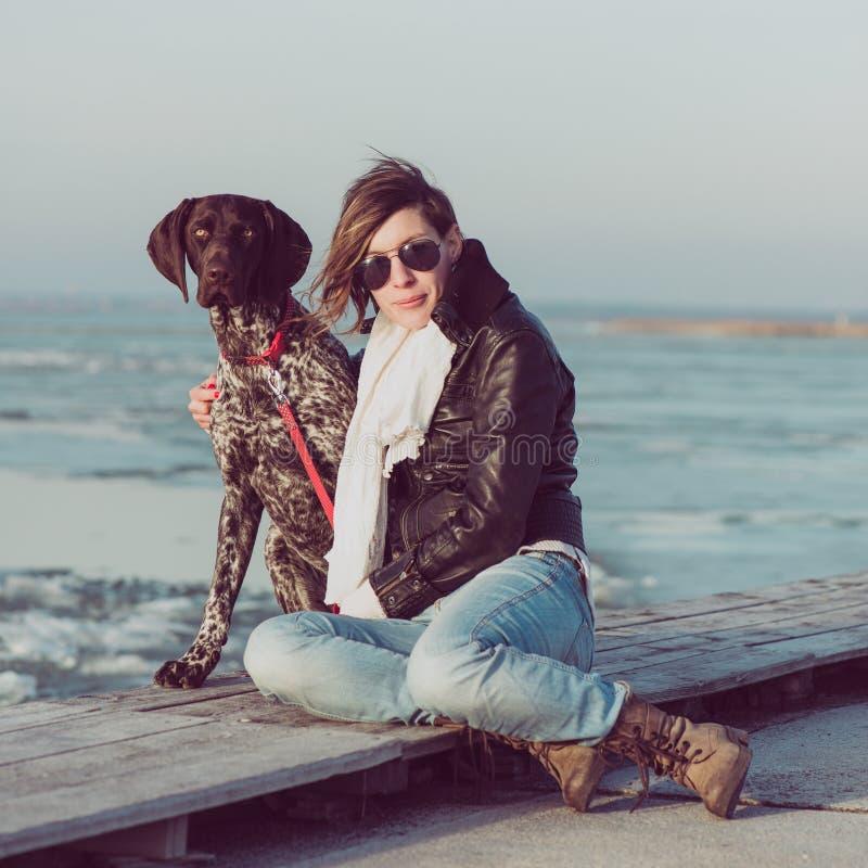 Femme active de mode de vie avec la pose de chien extérieure photos libres de droits