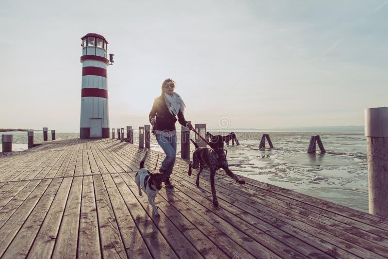 Femme active de mode de vie avec la pose de chien extérieure images stock