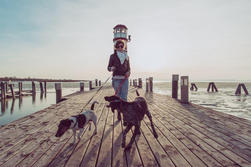Femme active de mode de vie avec la pose de chien extérieure photo stock