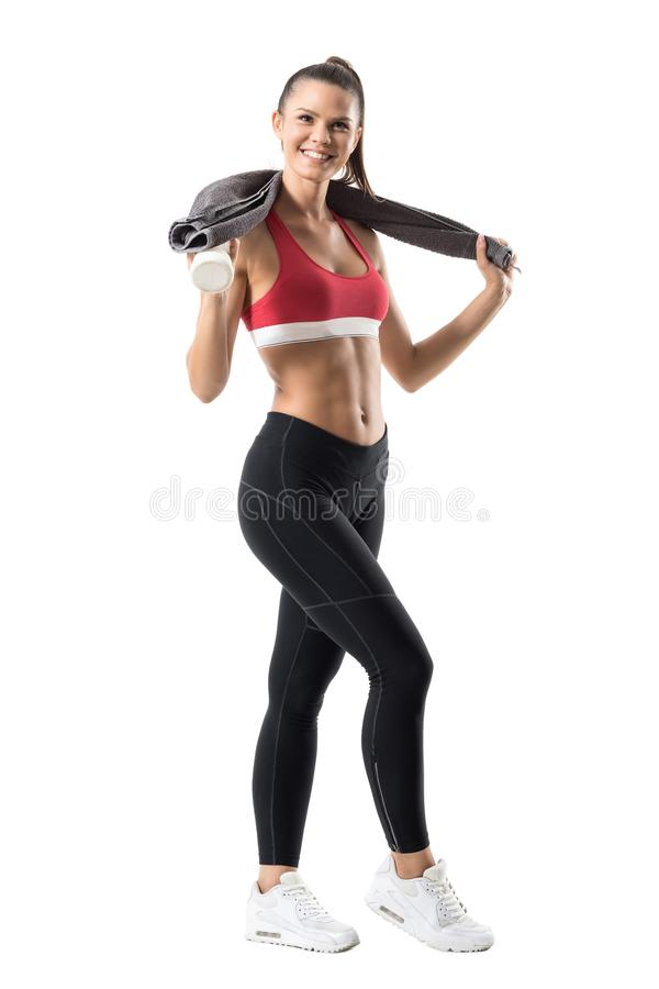 Femme active en bonne santé gaie enthousiaste dans les vêtements de sport avec le sourire et les regards de serviette à l'apparei photos stock