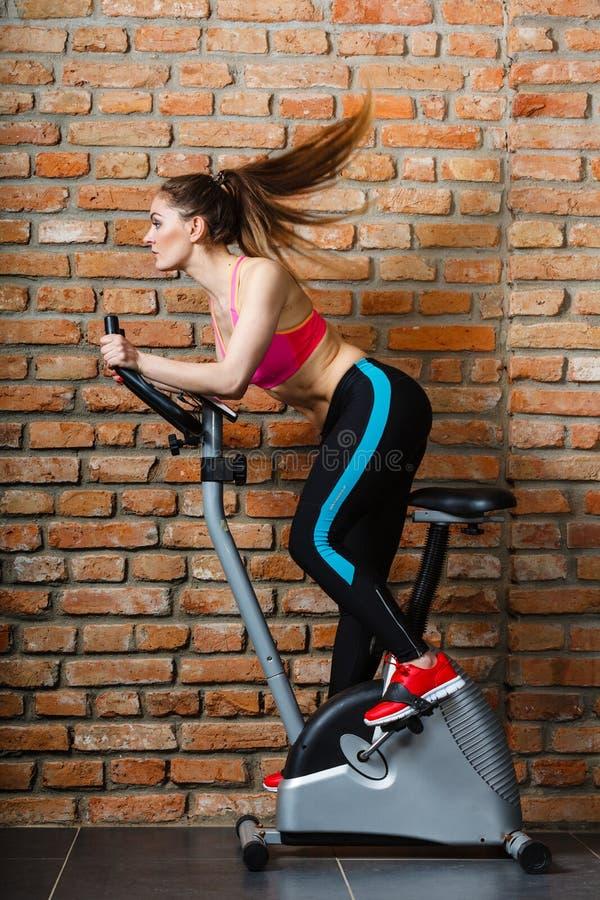 Femme active faisant faire du vélo de sport images libres de droits