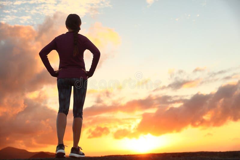 Femme active pensant à l'avenir le défi de la vie photographie stock
