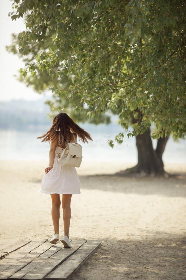 Femme active sur la plage en été image stock