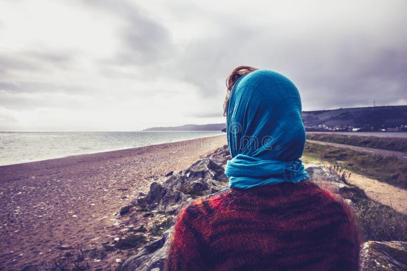 Femme admirant la mer un jour froid d'automne image libre de droits