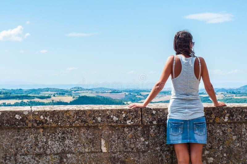 Femme admirant le paysage italien d'été dans Montepulciano photos libres de droits