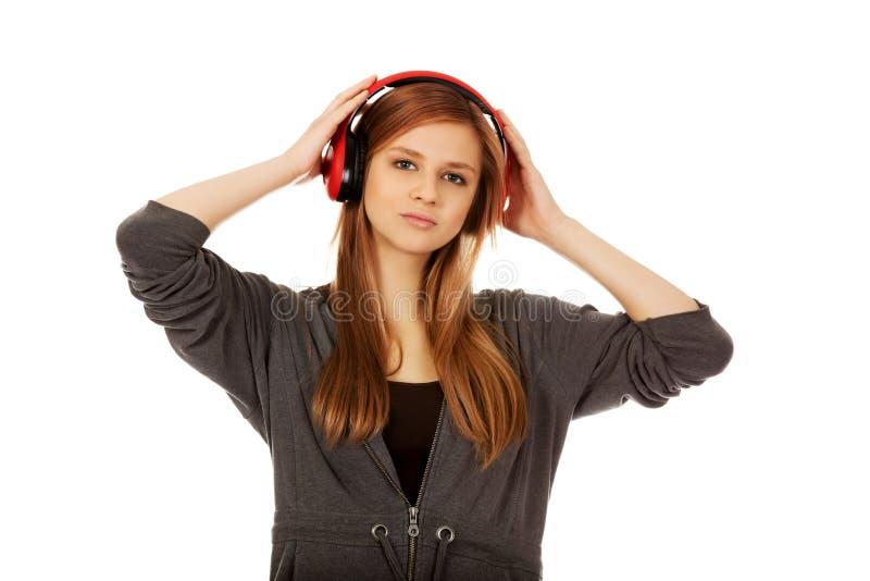 Femme adolescente écoutant la musique image libre de droits