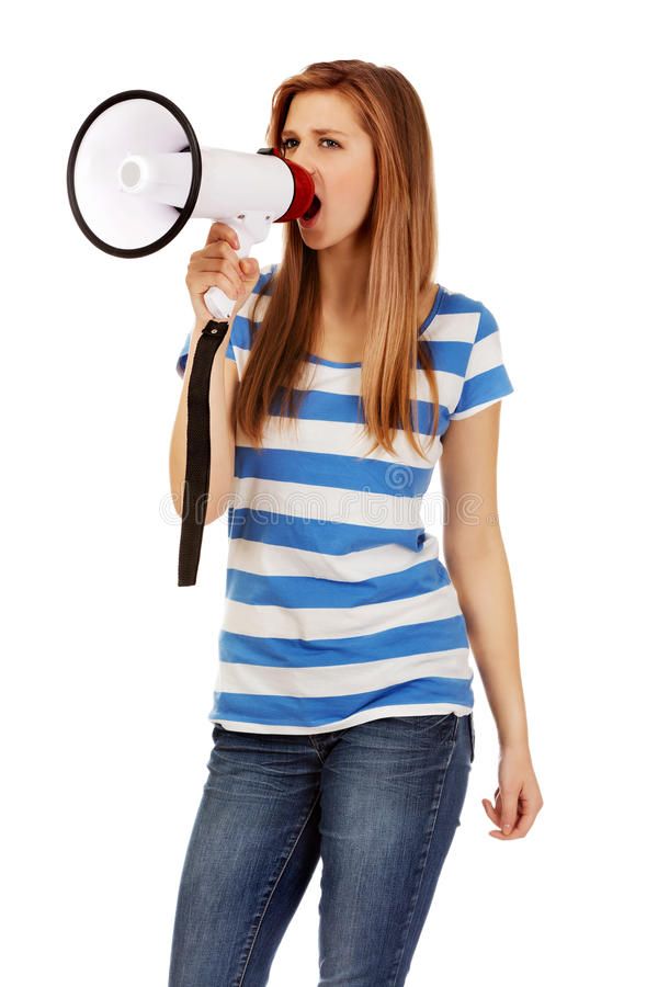 Femme adolescente criant par le mégaphone images stock
