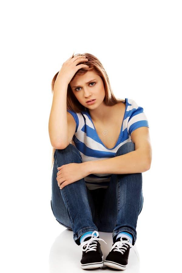 Femme adolescente de dépression s'asseyant sur le plancher images stock