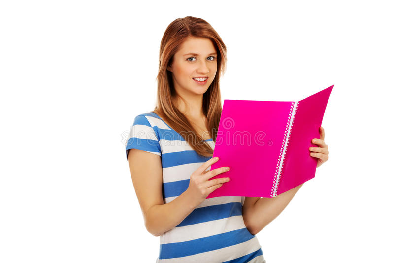 Femme adolescente de sourire lisant ses notes image stock