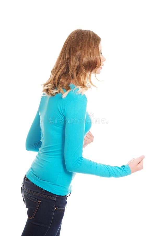 Femme adolescente fâchée faisant des poings photo libre de droits