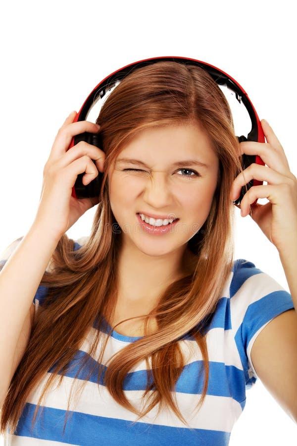Femme adolescente heureuse aux clins d'oeil à quelqu'un images libres de droits