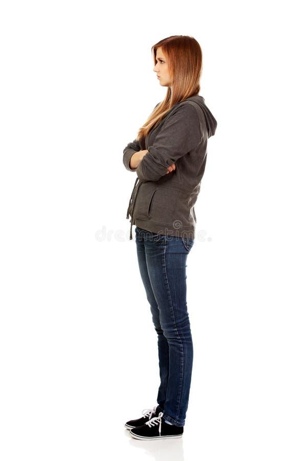 Femme adolescente inquiétée avec les bras pliés image stock