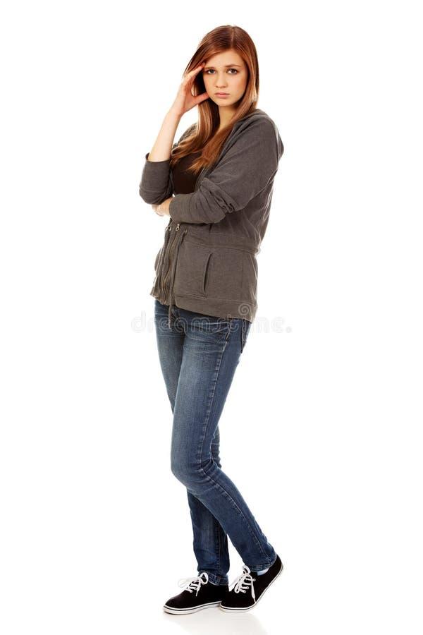 Femme adolescente inquiétée avec les bras pliés images stock