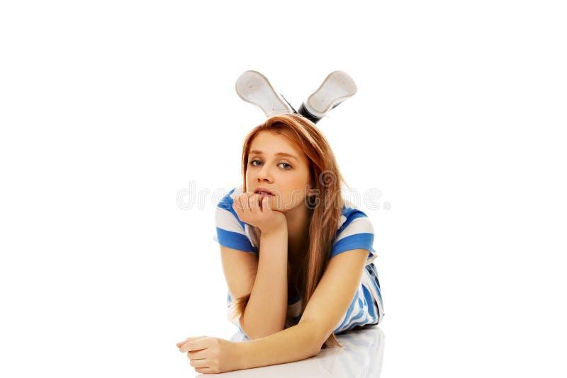 Femme adolescente songeuse se trouvant sur le plancher images stock