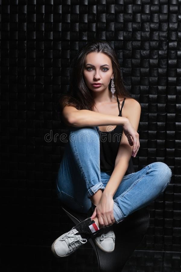 Femme adorable sur un fond noir photo libre de droits