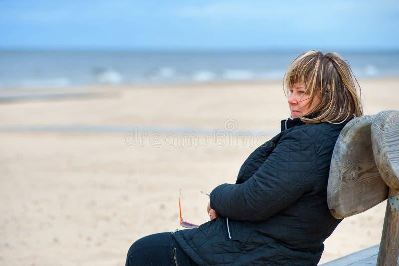 Femme adulte à la mer photographie stock