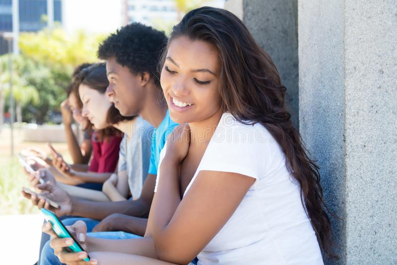 Femme adulte assez jeune jouant le jeu avec le téléphone images stock
