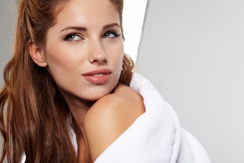 Femme adulte avec la peau de santé du visage image libre de droits