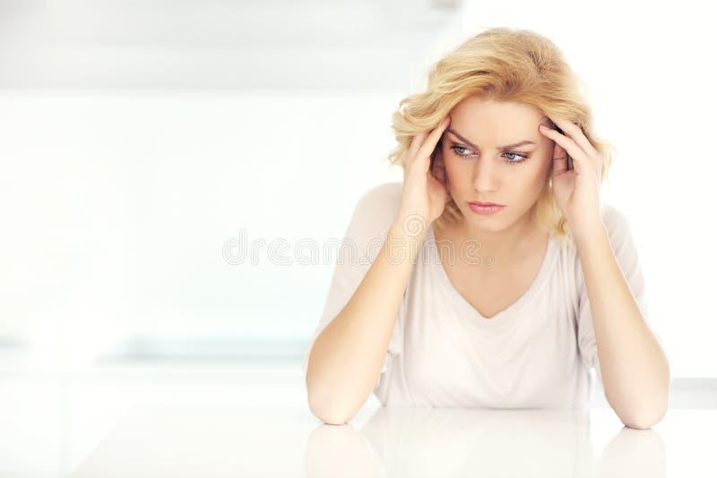 Femme adulte ayant le mal de tête à la maison photographie stock