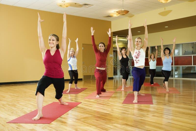 Femme adulte dans la classe de yoga. photo stock