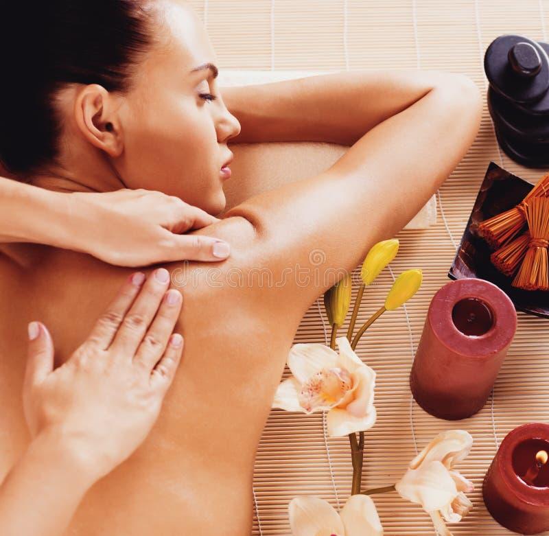 Femme adulte dans le salon de station thermale ayant le massage de corps photographie stock