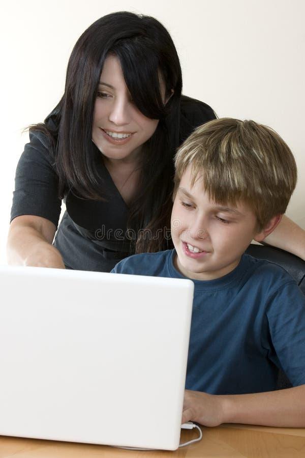 Femme adulte et enfant à l'ordinateur photo libre de droits