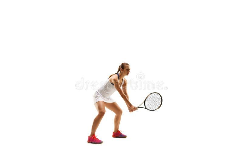 Femme adulte jouant le tennis Studio tiré au-dessus du blanc images libres de droits