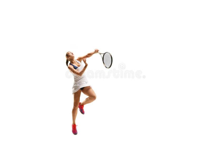 Femme adulte jouant le tennis Studio tiré au-dessus du blanc photo libre de droits