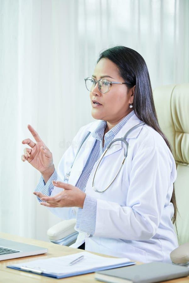 Femme adulte professionnelle ayant la consultation dans l'hôpital photos stock