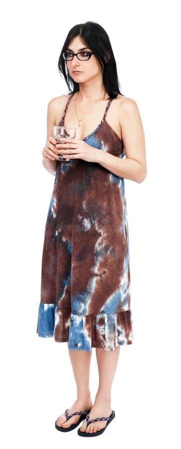 Femme adulte tenant un verre de l'eau images stock