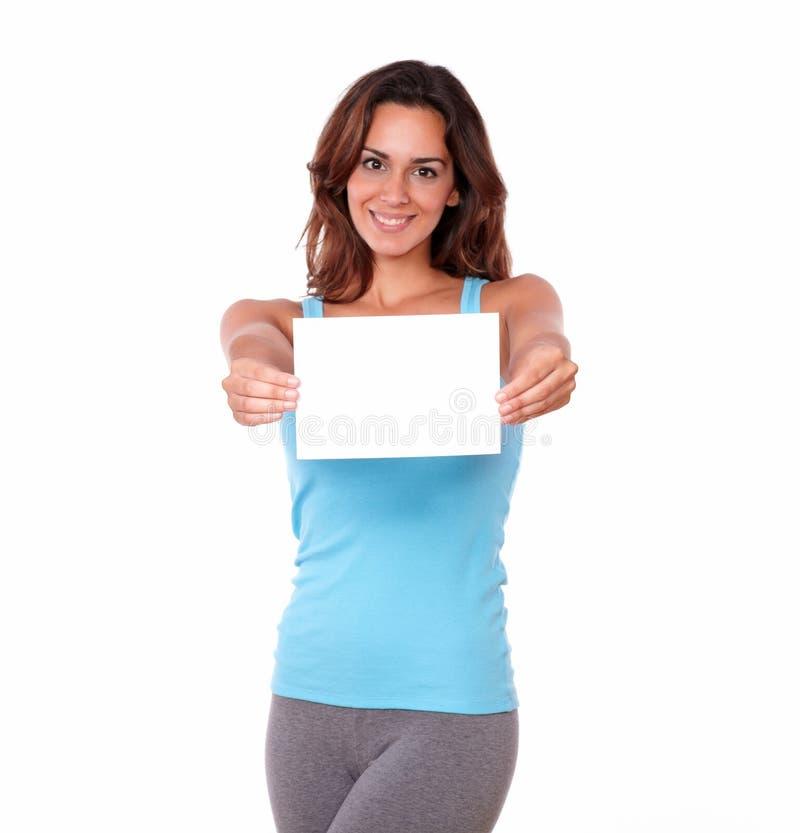 Femme adulte tenant une carte vierge image libre de droits
