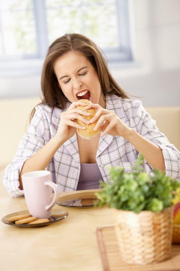 Femme affamé mordant dans le sandwich photos libres de droits