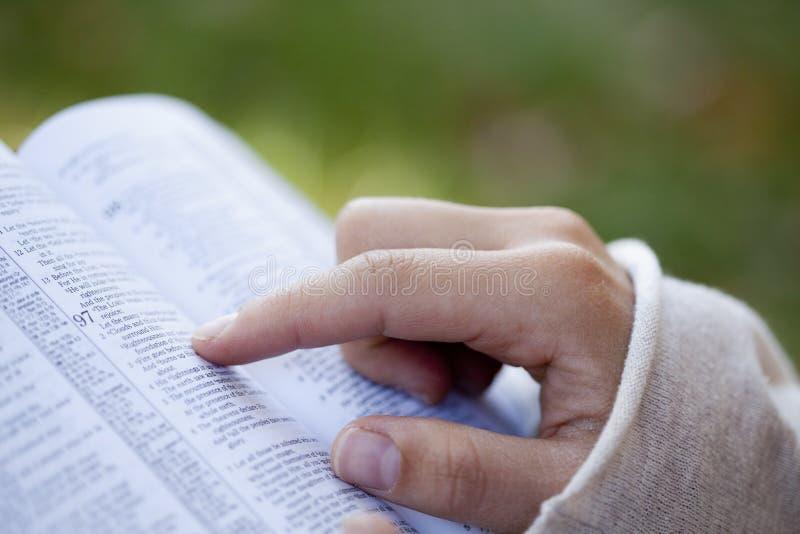 Femme affichant la bible. photographie stock libre de droits