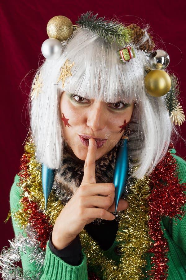 Femme affichant le mystère de Noël image stock