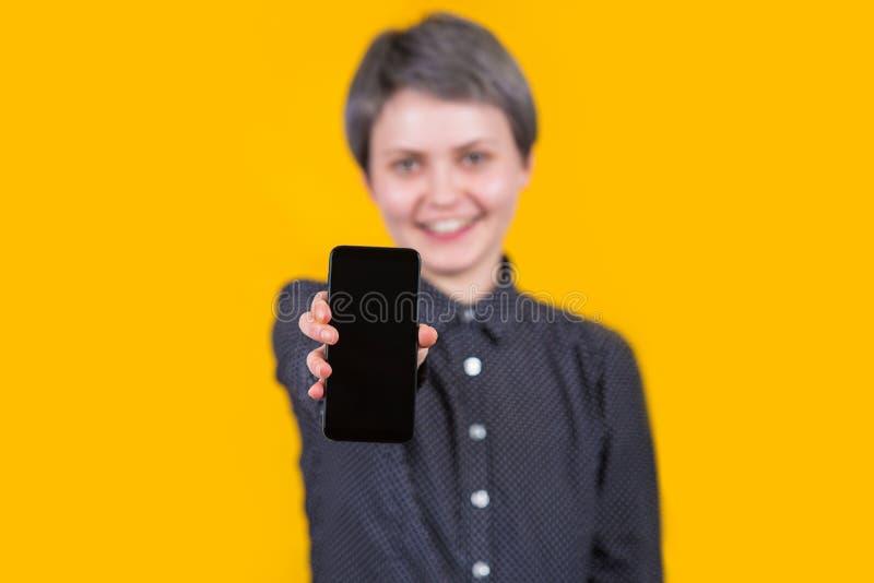 Femme affichant le t?l?phone portable photo stock