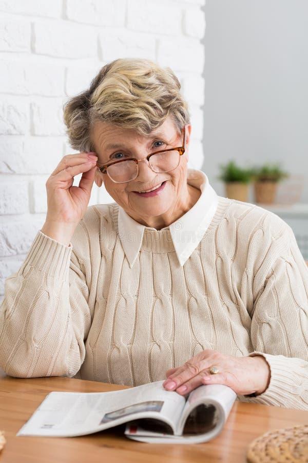 Femme affichant un magazine images stock