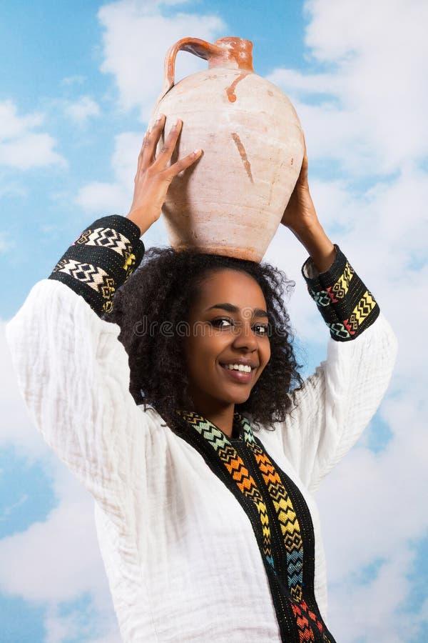 Femme africain avec la cruche images stock