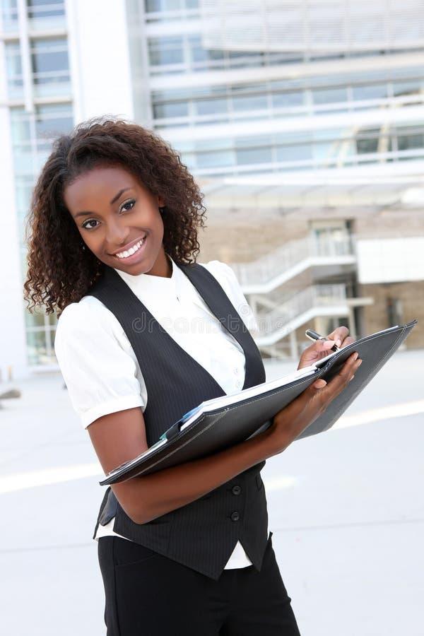 Femme africain d'affaires avec le cahier photos libres de droits