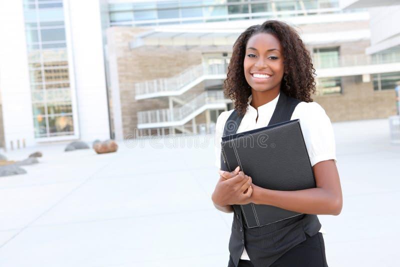 Femme africain d'affaires avec le cahier photo stock