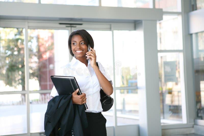 Femme africain d'affaires dans le bureau photo libre de droits