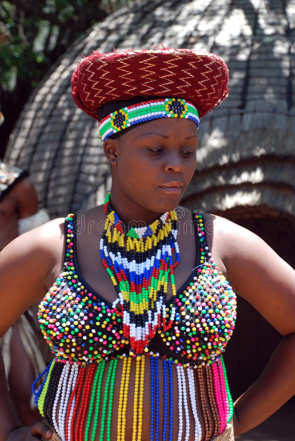 Femme africain de zoulou dans des accessoires traditionnels photographie stock libre de droits