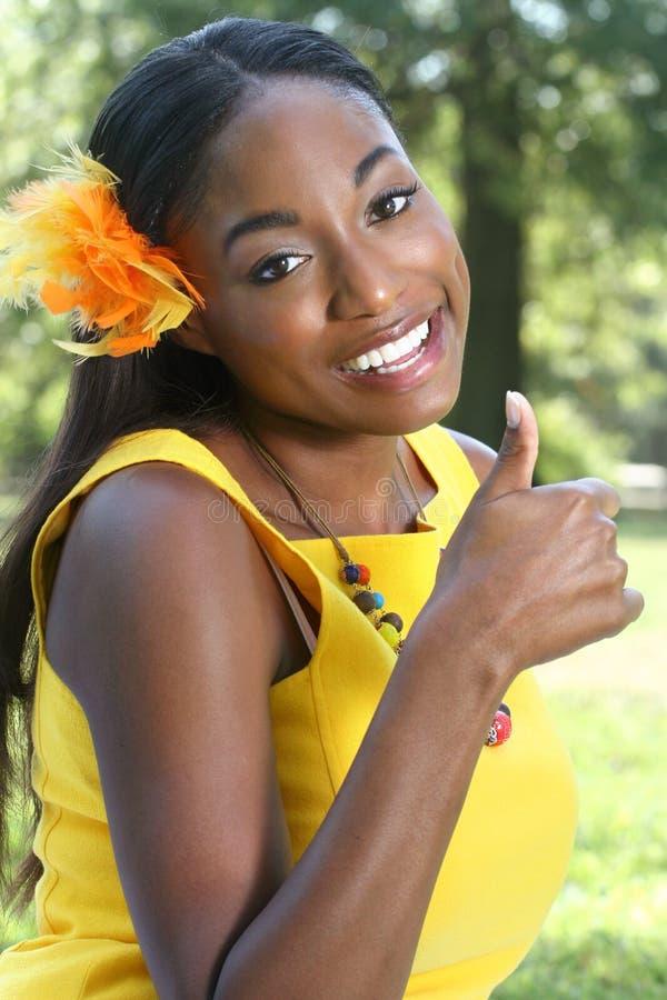 Femme africain : Sourire, pouces vers le haut photos stock