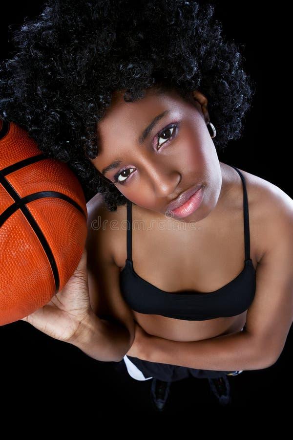 Femme africaine avec le basket-ball photographie stock libre de droits