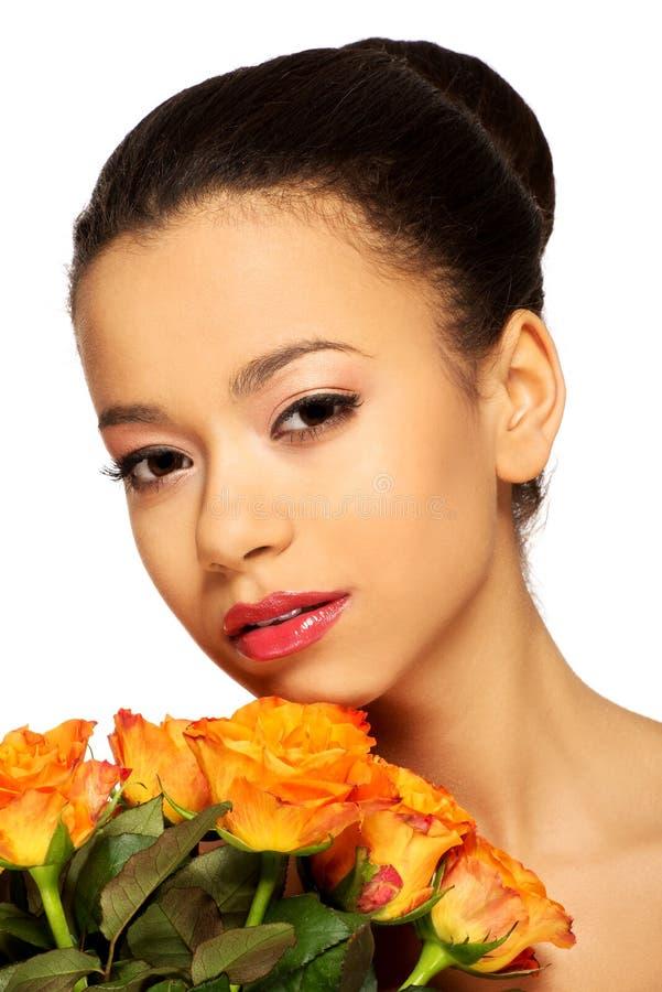 Femme africaine de beauté avec des roses images libres de droits